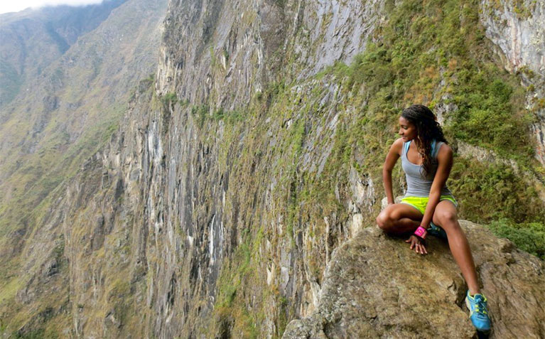 Schreyer Scholar Markea Dickinson looking over a cliff during study abroad in Argentina